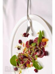 蔓越莓红菜头沙拉配羊奶酪和蔓越莓汁